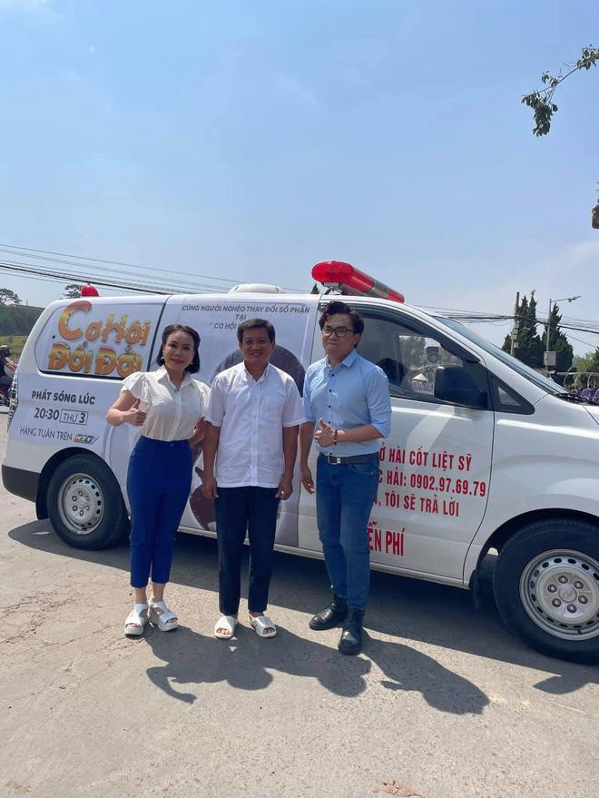 Việt Hương tặng ông Đoàn Ngọc Hải 1,7 tỷ mua xe cứu thương mới để cứu giúp người nghèo