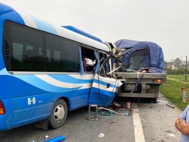 NÓNG: Xe khách tông đuôi xe đầu kéo trên quốc lộ, 1 người thiệt mạng, 21 người bị thương - Ảnh 4.