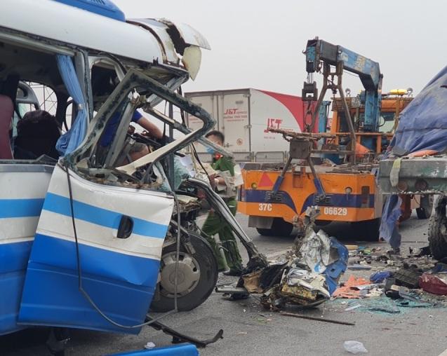 NÓNG: Xe khách tông đuôi xe đầu kéo trên quốc lộ, 1 người thiệt mạng, 21 người bị thương - Ảnh 5.