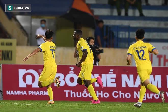 Ngoại binh châu Phi hé lộ 30 phút thử việc ly kỳ ở V.League, ký hợp đồng ngay trên sân tập - Ảnh 1.