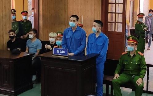 Hai thanh niên nổ súng bắn vào ô tô của thánh chửi Dương Minh Tuyền lĩnh 69 tháng tù - Ảnh 2.