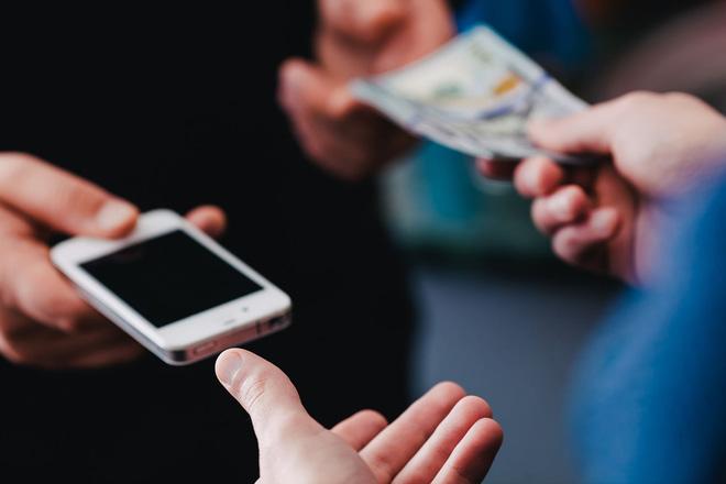 Sự khác biệt giữa việc mua smartphone trực tuyến và tại cửa hàng - Ảnh 1.