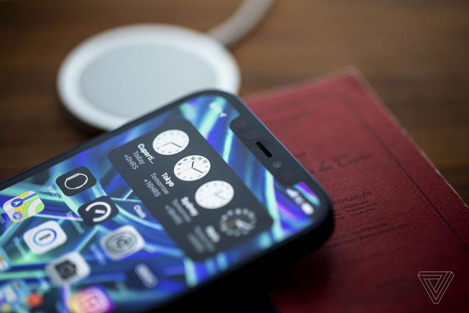 iPhone 13 sẽ có rãnh tai thỏ nhỏ hơn, iPhone 14 màn hình đục lỗ, iPhone 15 thiết kế toàn màn hình - Ảnh 1.