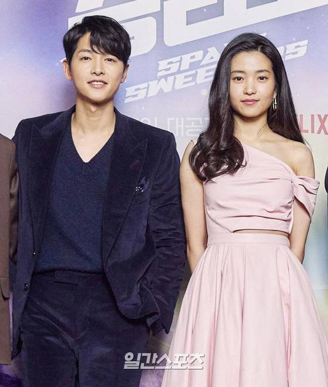 Sau Song Hye Kyo, lâu lắm mới có bạn diễn thân mật với Song Joong Ki thế này: Hết cười đùa lại chụp ảnh riêng, liệu có mờ ám? - Ảnh 13.