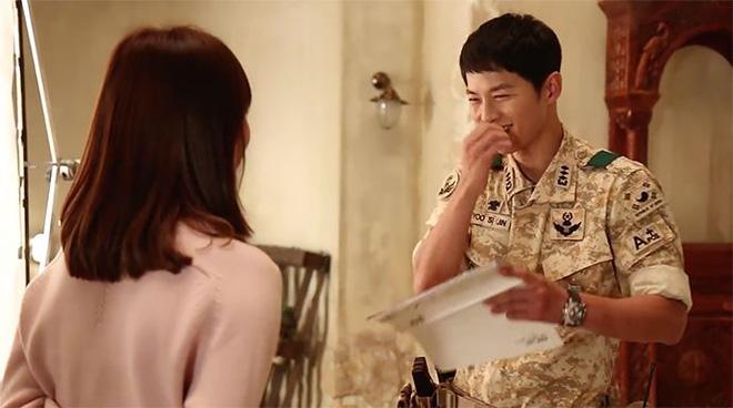 Sau Song Hye Kyo, lâu lắm mới có bạn diễn thân mật với Song Joong Ki thế này: Hết cười đùa lại chụp ảnh riêng, liệu có mờ ám? - Ảnh 10.