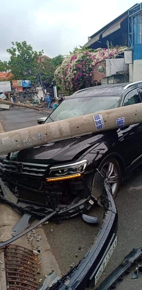 Xe ô tô tông ngã cột điện khu nhà giàu ở TP.HCM, hàng trăm hộ dân mất điện - Ảnh 3.
