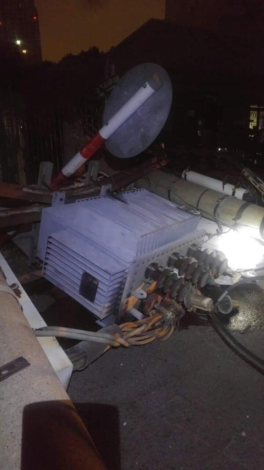 Xe ô tô tông ngã cột điện khu nhà giàu ở TP.HCM, hàng trăm hộ dân mất điện - Ảnh 1.