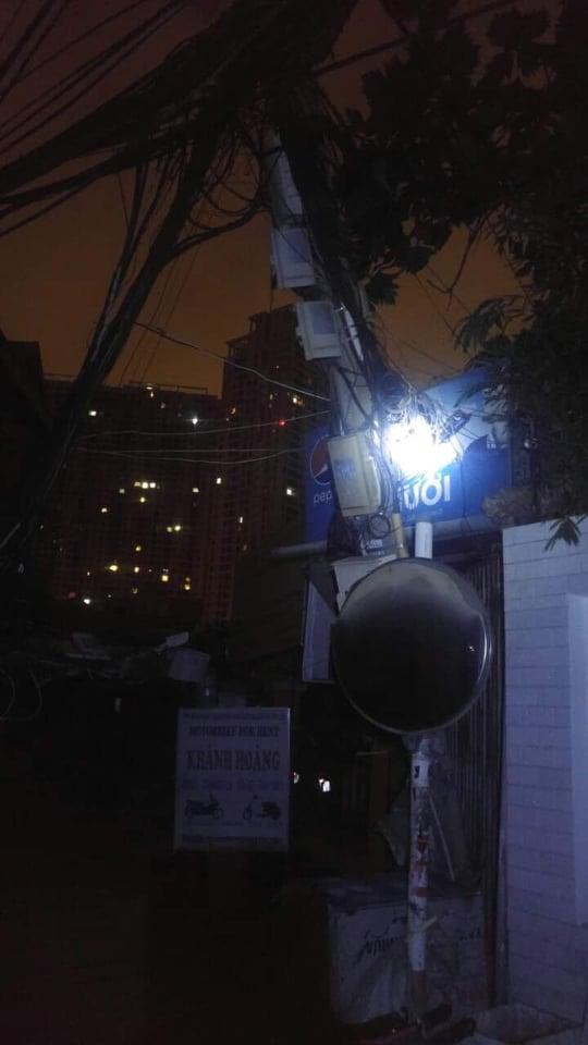 Xe ô tô tông ngã cột điện khu nhà giàu ở TP.HCM, hàng trăm hộ dân mất điện - Ảnh 2.