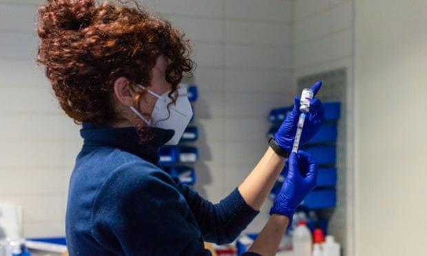 Châu Âu nối lại việc tiêm vaccine Covid-19 của AstraZeneca - Ảnh 1.