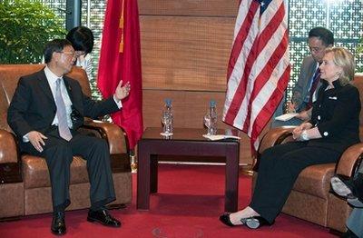 Màn đụng độ ở Hà Nội: Ông Dương Khiết Trì giận tái mặt, bà Clinton quật ngã Trung Quốc chỉ bằng vài câu nói - Ảnh 1.