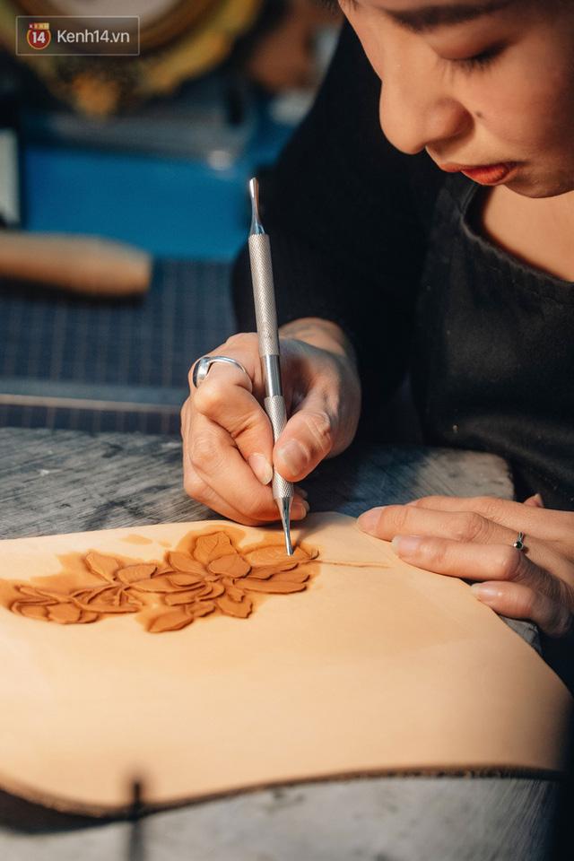 Bỏ công việc thiết kế, cô gái Hà Nội bắt đầu sự nghiệp điêu khắc kỳ lạ từ... miếng da vụn được cho - Ảnh 15.