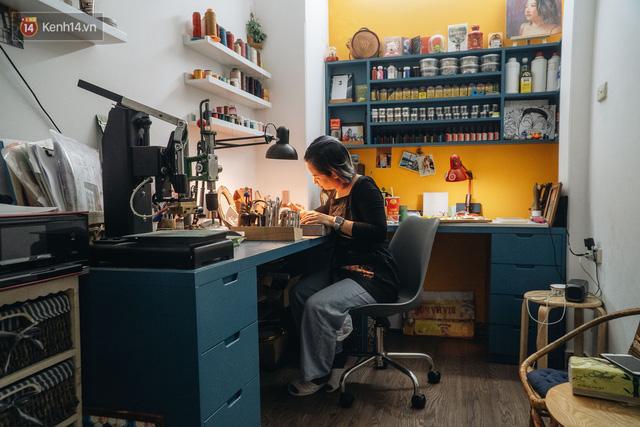 Bỏ công việc thiết kế, cô gái Hà Nội bắt đầu sự nghiệp điêu khắc kỳ lạ từ... miếng da vụn được cho - Ảnh 22.