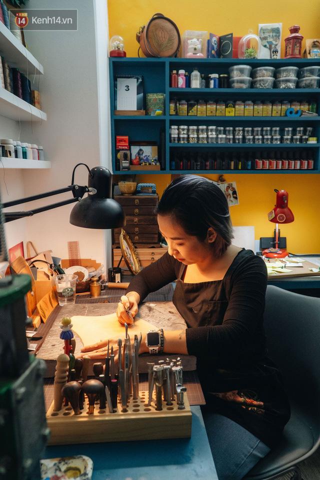 Bỏ công việc thiết kế, cô gái Hà Nội bắt đầu sự nghiệp điêu khắc kỳ lạ từ... miếng da vụn được cho - Ảnh 8.