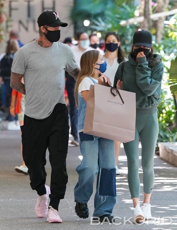 Vóc dáng cao lớn phổng phao của con gái David Beckham chiếm spotlight khi xuất hiện bên bố mẹ - Ảnh 1.