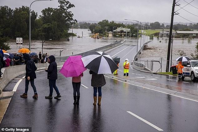 Lần đầu tiên trong 30 năm con đập khổng lồ xả nước: Úc rơi vào ngập lụt nghiêm trọng - Ảnh 3.