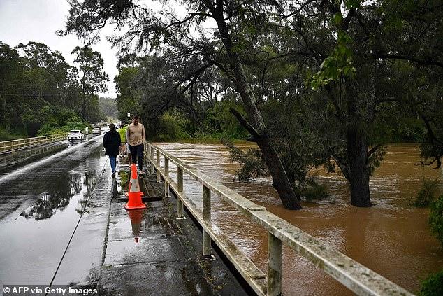 Lần đầu tiên trong 30 năm con đập khổng lồ xả nước: Úc rơi vào ngập lụt nghiêm trọng - Ảnh 4.