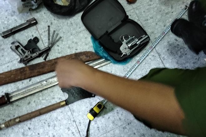 Thu 4 khẩu súng, 60 viên đạn khi bắt băng nhóm tội phạm ở Tiền Giang - Ảnh 2.