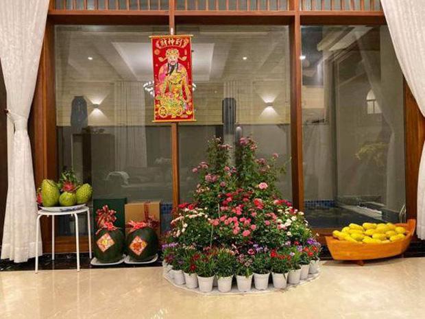 Biệt thự của Quý Bình và bà xã doanh nhân: Hoa phủ kín lối đi, mảnh vườn lớn là ao ước của nhiều người - Ảnh 9.