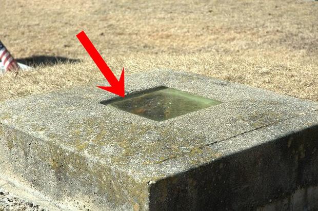 Ngôi mộ có cửa sổ quái đản nhất thế giới thu hút hàng nghìn người tới xem, bí mật bên trong nó càng gây choáng váng - Ảnh 1.