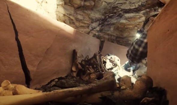 Phát hiện quan tài đất nung trong vách đá, mở ra kinh hoàng thấy xác ướp kỳ lạ bên trong - Ảnh 4.