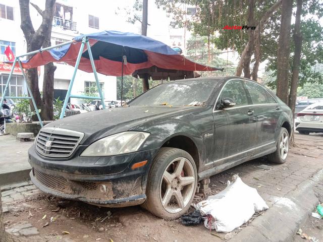 Nằm phủ bụi 5 năm tại Hà Nội, Mercedes-Benz S 63 AMG bạc tỷ khiến CĐM bàn tán khi một chi tiết vẫn nguyên vẹn - Ảnh 1.