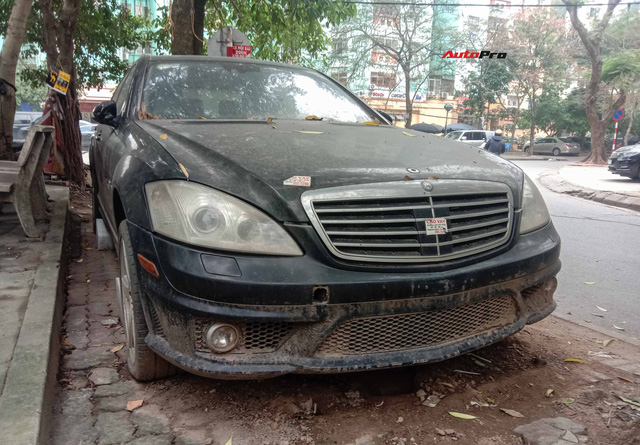 Nằm phủ bụi 5 năm tại Hà Nội, Mercedes-Benz S 63 AMG bạc tỷ khiến CĐM bàn tán khi một chi tiết vẫn nguyên vẹn - Ảnh 2.