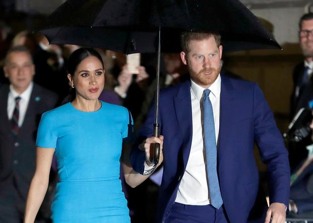 """Vô tình hay cố ý? Cứ khi hoàng gia Anh có sự kiện trọng đại, vợ chồng Meghan lại có cách """"giật spotlight"""" đầy tình cờ như thế này - Ảnh 5."""