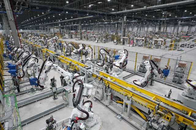 GS Nguyễn Mại chỉ ra cái lý của VinFast khi mở nhà máy xe điện ở Mỹ và chuyện hợp tác với Foxconn  - Ảnh 6.