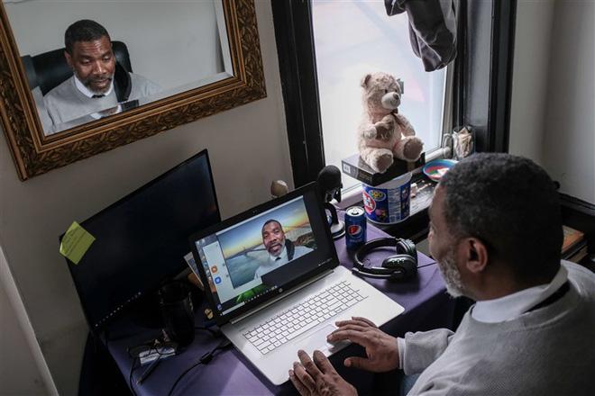 Ra tù sau 37 năm, người đàn ông ngơ ngác đối mặt với smartphone và con quái vật mang tên công nghệ - Ảnh 1.