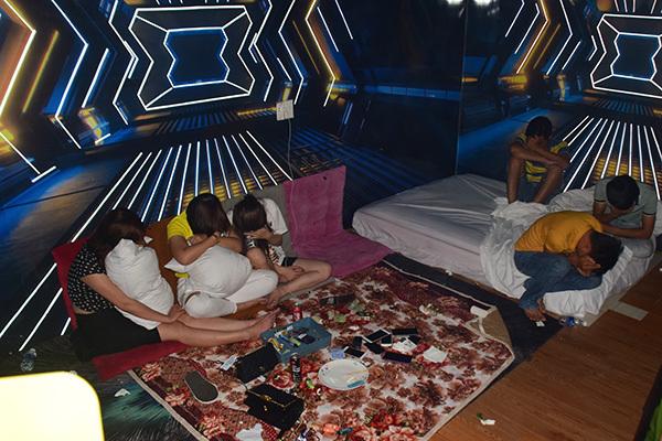 Ổ ma túy trá hình trong nhà nghỉ ở Huế: Lắp camera, chuông báo động, cách âm, đóng cửa như không hoạt động - Ảnh 2.