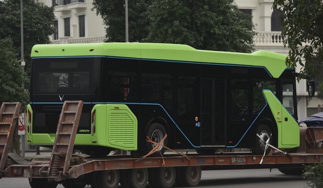 Lộ ảnh xe bus điện VinFast được vận chuyển về Hà Nội - Ảnh 2.