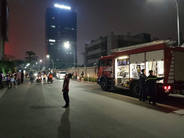 2 mẹ con bị nhốt trong thang máy chung cư cao cấp ở Hà Nội gần 1 giờ vì sự cố báo cháy - Ảnh 1.