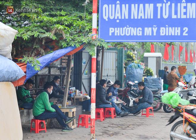 Ảnh: Trà đá vỉa hè Hà Nội vẫn bán tràn lan, bất chấp lệnh cấm phòng dịch Covid-19 - Ảnh 2.