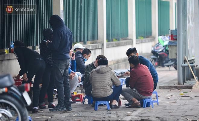 Ảnh: Trà đá vỉa hè Hà Nội vẫn bán tràn lan, bất chấp lệnh cấm phòng dịch Covid-19 - Ảnh 4.