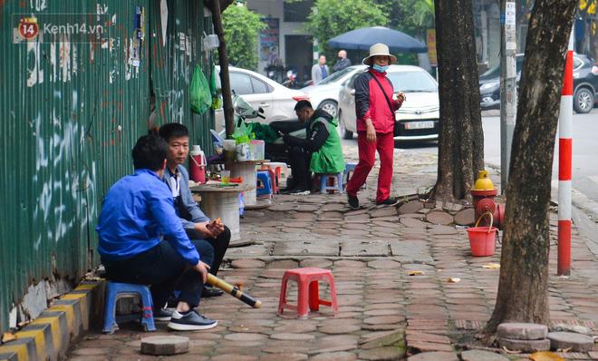 Ảnh: Trà đá vỉa hè Hà Nội vẫn bán tràn lan, bất chấp lệnh cấm phòng dịch Covid-19 - Ảnh 7.