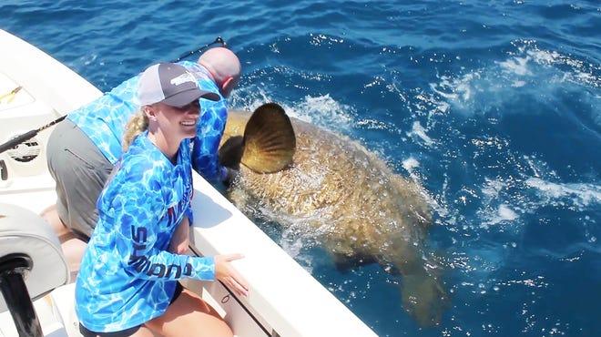 Cô gái bắt được quái vật biển sâu nặng 264 kg, vô tình phá kỷ lục thế giới - Ảnh 1.