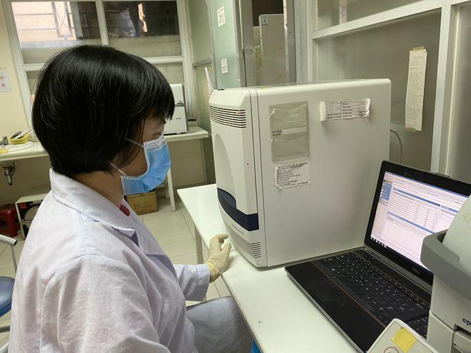 [NÓNG] Một nữ sinh nghi dương tính với SARS-CoV-2; Phát hiện 2 biến thể virus SARS-CoV-2 từ Anh vào Việt Nam - Ảnh 1.