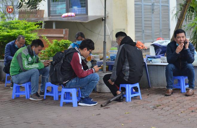 Ảnh: Trà đá vỉa hè Hà Nội vẫn bán tràn lan, bất chấp lệnh cấm phòng dịch Covid-19 - Ảnh 5.
