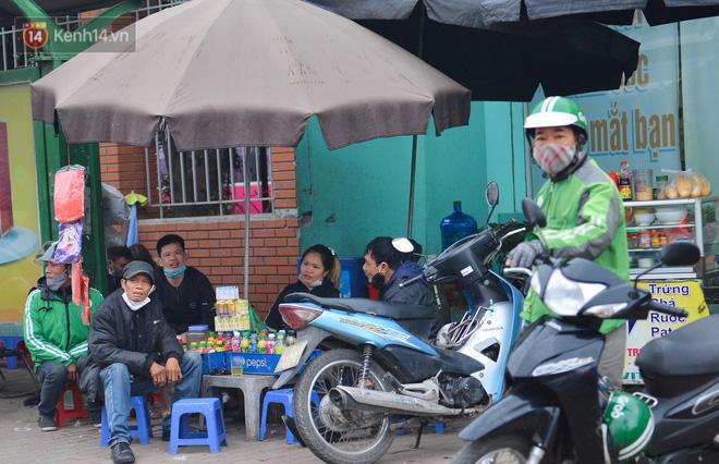 Ảnh: Trà đá vỉa hè Hà Nội vẫn bán tràn lan, bất chấp lệnh cấm phòng dịch Covid-19 - Ảnh 9.