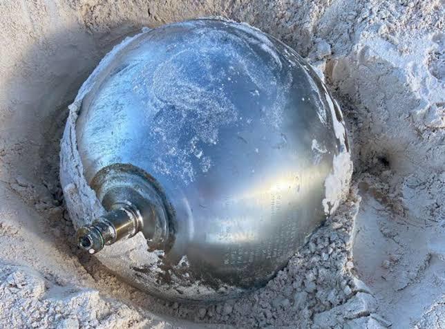 Hé lộ bí mật về quả cầu titan bí ẩn khắc toàn chữ Nga trên bãi biển Bahamas - Ảnh 4.