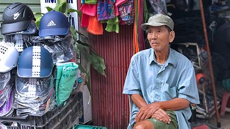 Hình ảnh đời thường của NSND Trần Hạnh: Đi bán giày dép mũ bảo hiểm, từ chối nhận trợ cấp - Ảnh 7.