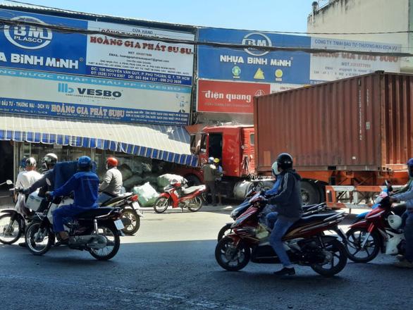 Xe đầu kéo đâm vào nhà dân rồi cuốn nhiều xe máy vào gầm ở Sài Gòn, 1 người tử vong, thi thể vùi dưới đống đổ nát - Ảnh 1.