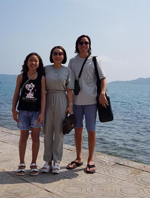 Hình ảnh danh hài Việt Hương đi du lịch cùng chồng con gây tranh cãi - Ảnh 1.
