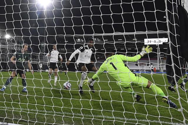 Fulham 0-1 Tottenham: Chiến thắng gây tranh cãi! - Ảnh 1.