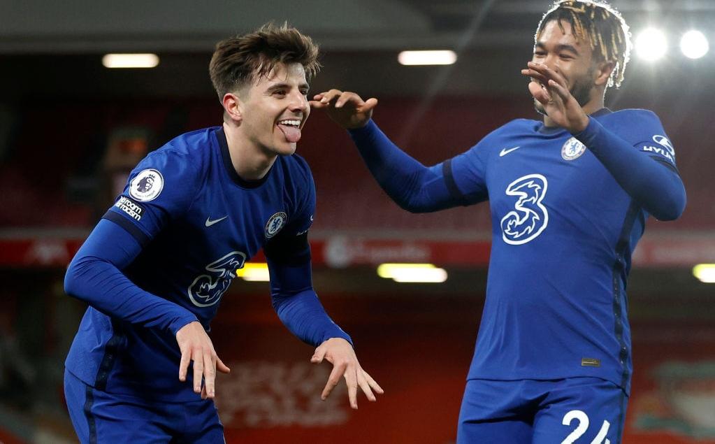 """Buộc Liverpool nhận thành tích tệ nhất lịch sử, Chelsea """"phả hơi nóng"""" vào gáy Man United"""
