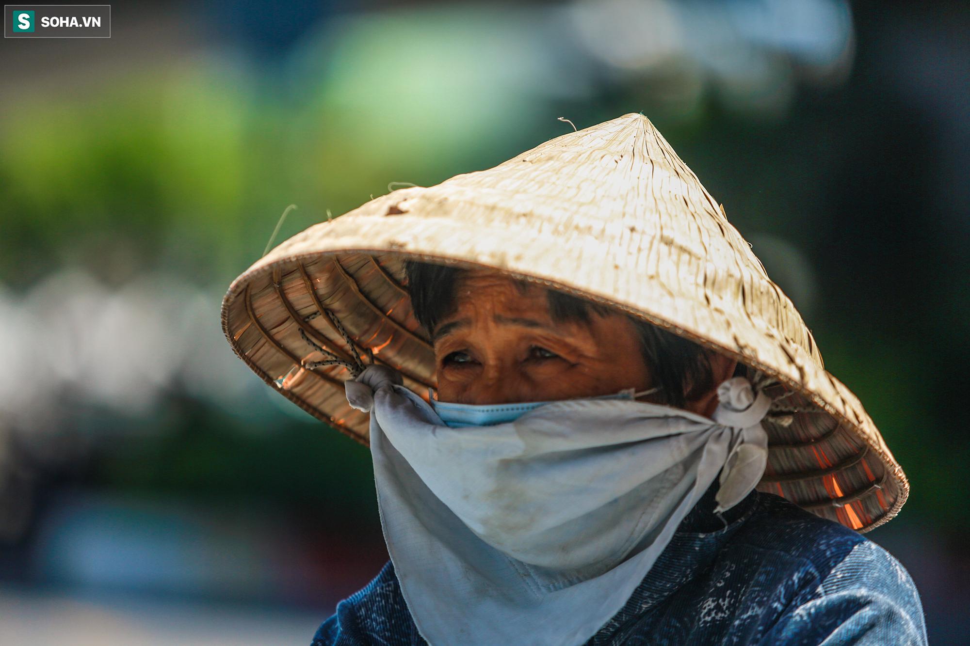 [ẢNH] Đường Sài Gòn nóng như thiêu, người dân vật vã tránh nóng ở góc cây, gầm cầu - Ảnh 7.