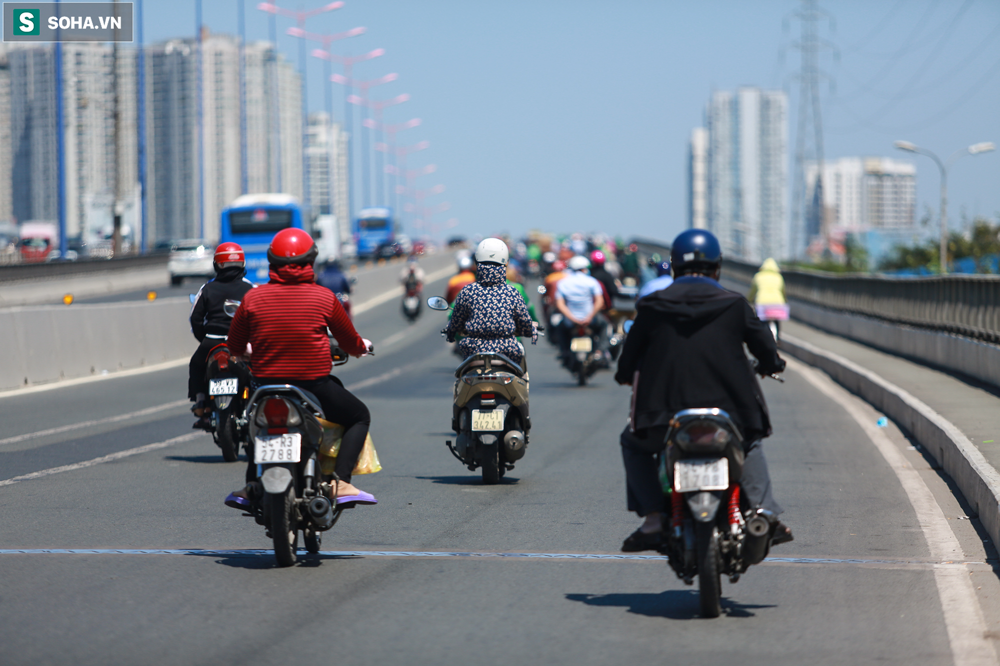 [ẢNH] Đường Sài Gòn nóng như thiêu, người dân vật vã tránh nóng ở góc cây, gầm cầu - Ảnh 16.