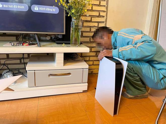 Thuê người đóng giả nhân viên nhà mạng tới lắp đặt cục wifi PS5 để lừa vợ, game thủ Việt được dân mạng nước ngoài khen hết lời - Ảnh 1.
