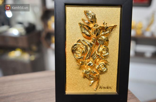 Cận cảnh hoa hồng đúc vàng giá 330 triệu đồng được đại gia Hải Phòng mua làm quà tặng ngày 8/3 - Ảnh 10.