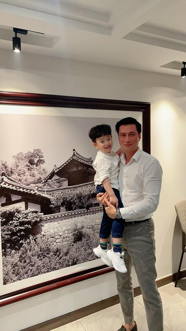 Việt Anh và vợ cũ hội ngộ mừng sinh nhật con trai, nhìn biểu cảm biết ngay tình trạng quan hệ sau ly hôn - Ảnh 1.